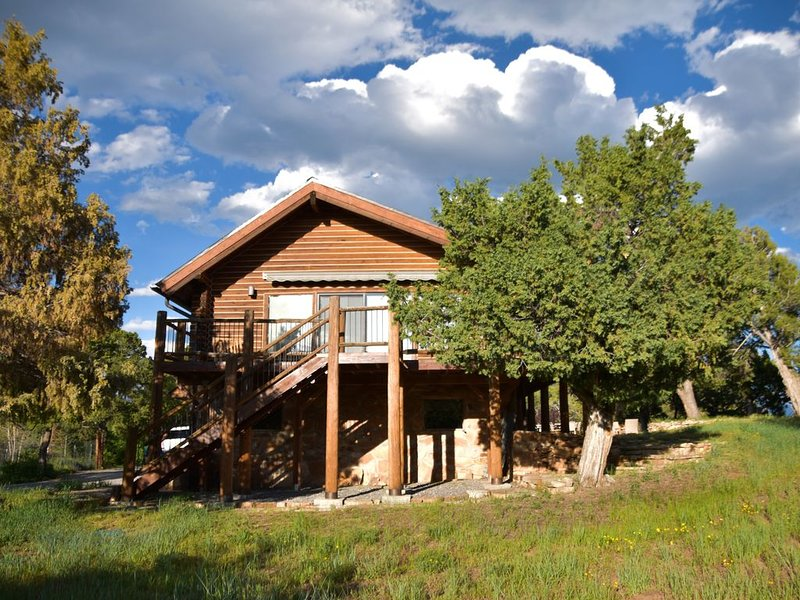 New Listing! Second-Level Apartment w/ Wrap Around Deck - Unmatched Views, holiday rental in Ridgway