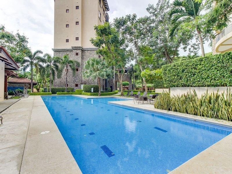 Modern condo w/ shared pool, gym, nice views - walk to the beach!, holiday rental in Playa Panama