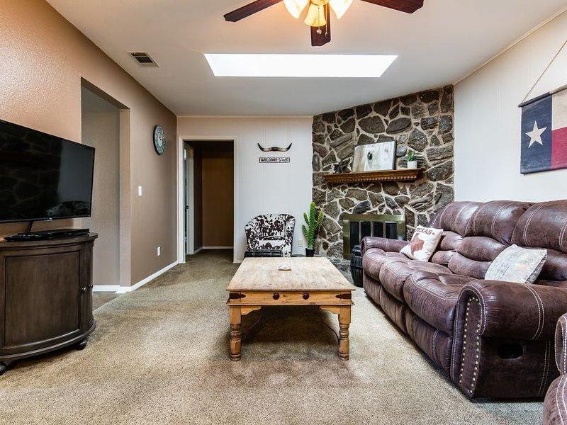 Charming Home - Beautiful Backyard Retreat!, vacation rental in Richardson