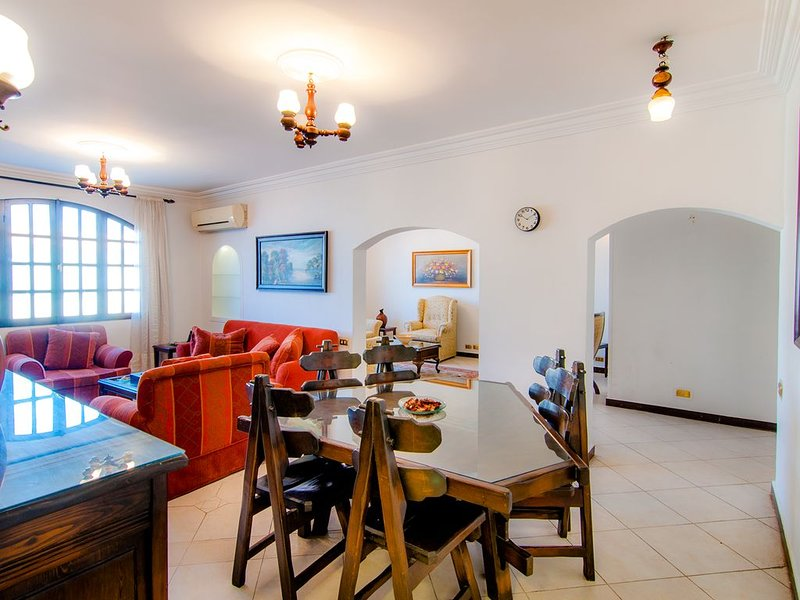 Luxury, Fully Renovated, Spacious 3 BR Apartment  Minutes from Cairo Airport, location de vacances à Al Rehab