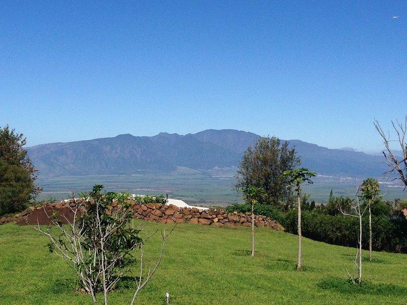 Vistas de las montañas del oeste de Maui con el océano a ambos lados de la villa