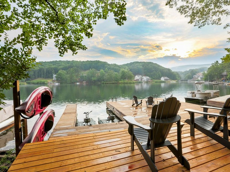 Lake Arrowhead Luxury Lakefront Cottage - Massive Dock- Best View on the Lake, holiday rental in Cartersville