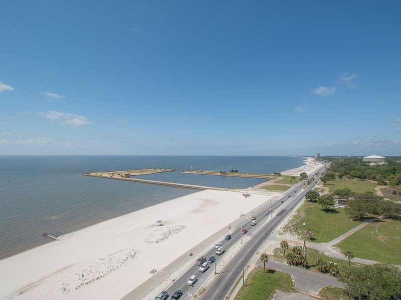 Palms Trees * Ocean Breeze * Salty Air * Sunkissed Hair * Endless Summer.., vacation rental in Biloxi