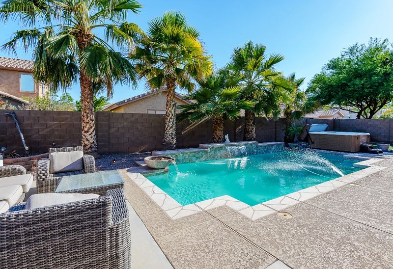 Heated Pool*SPACIOUS *5 SITTING AREAS* 3 FULL BATHS *8BEDS* HOT TUB* FIREPLACE*, location de vacances à Surprise