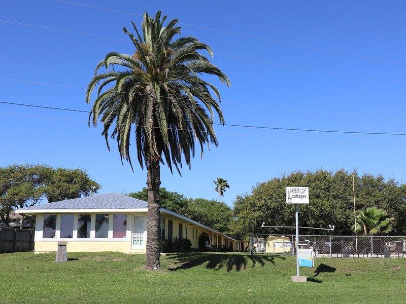 Cozy Coastal Cottage Across from Aransas Bay, vacation rental in Fulton
