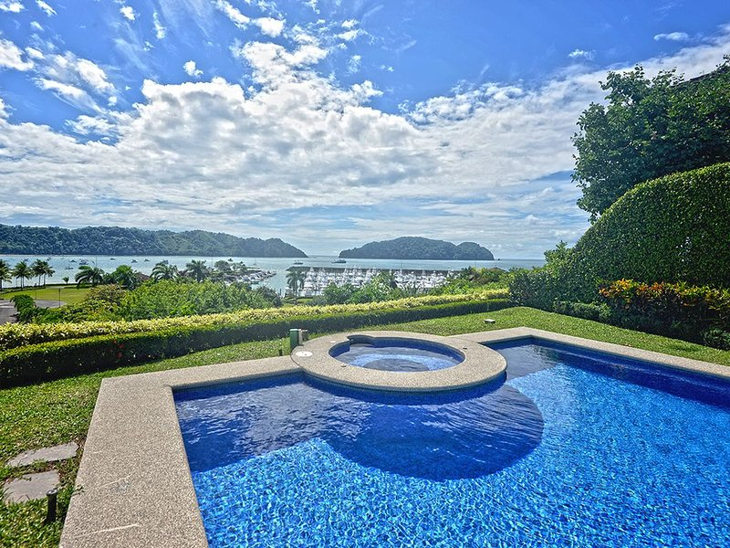 Esta villa es la respuesta al verdadero lujo, ubicado en el complejo con vistas a la Mariana. Gran piscina y jacuzzi, privacidad y lujo. Todo lo que necesitas para una gran estadía.