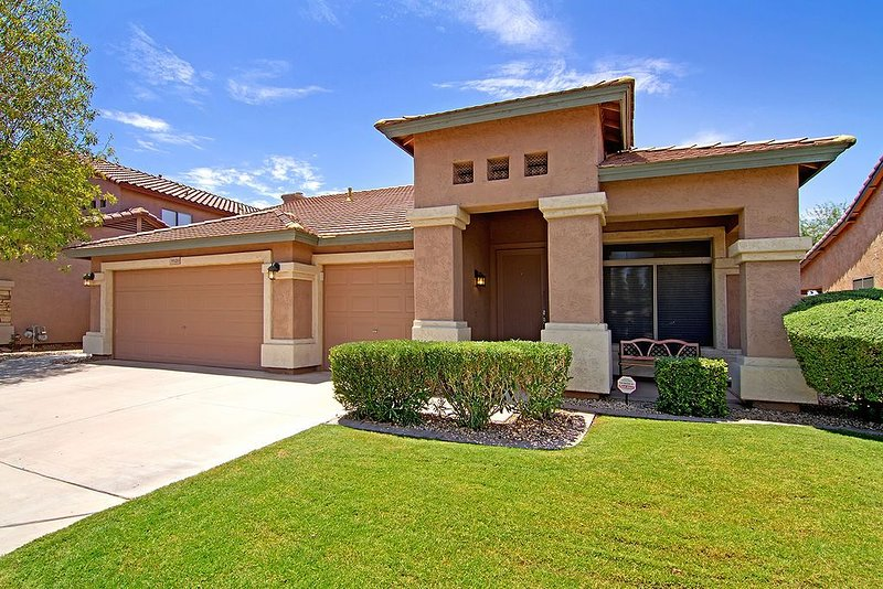 � Modern Home with PRIVATE POOL, GOLF, BBQ and LAKES �, alquiler de vacaciones en Chandler