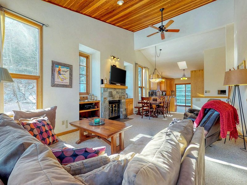 Mountain townhome w/ a hot tub & fireplace - near skiing & golf, alquiler vacacional en Eagle-Vail
