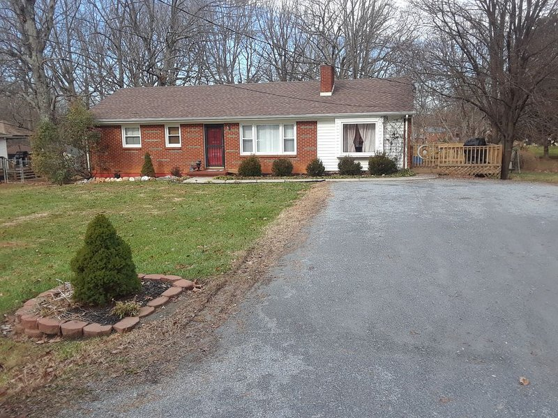 Beautiful ranch home on a quiet street with a great location, alquiler de vacaciones en Madison Heights