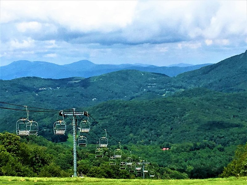 CLEAN - 4900Ft Views - KING BEDS - Hike-Bike-Golf-Ski-Explore-Eat-Relax, holiday rental in Sugar Mountain