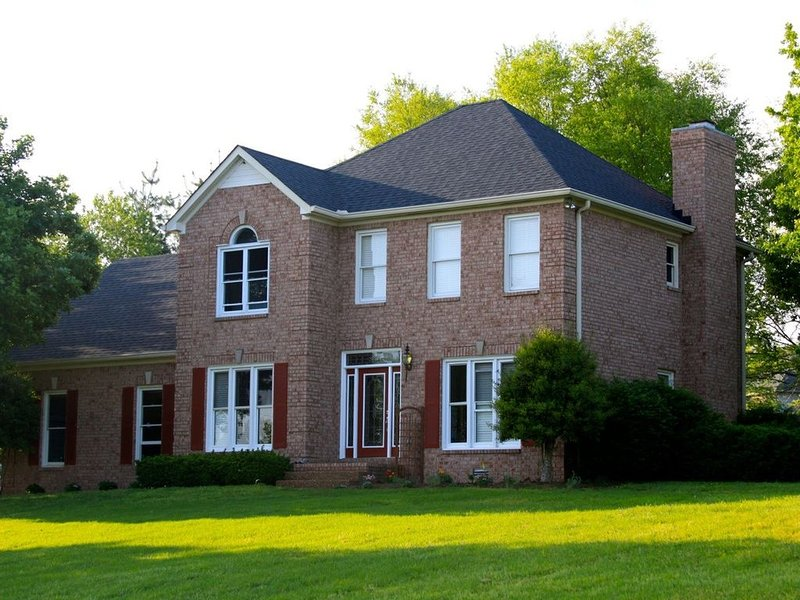 Lovely Franklin home pets welome 1 fenced acre, vacation rental in Spring Hill