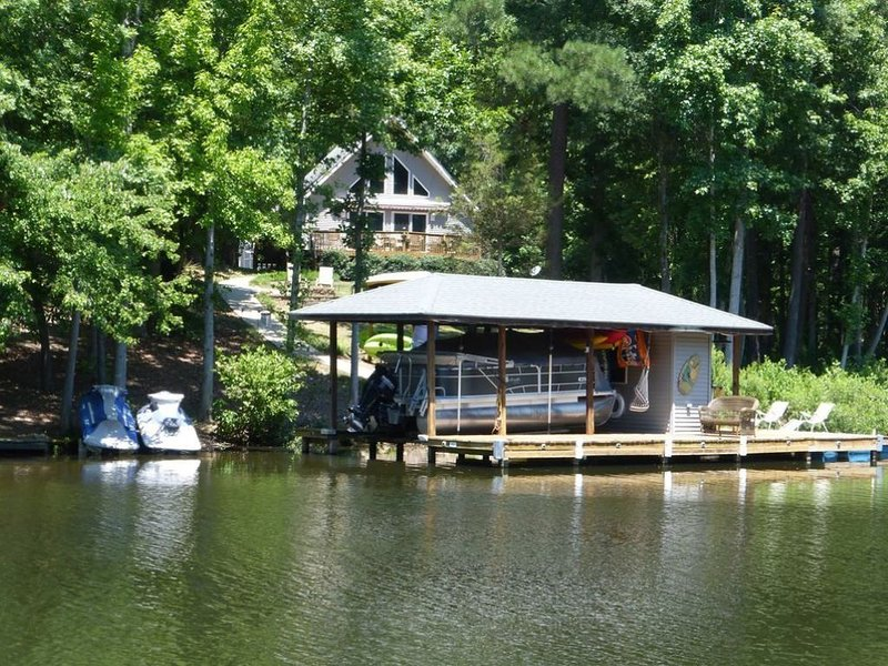 Cute family-friendly home in a secluded cove of Lake Gaston, location de vacances à Henrico