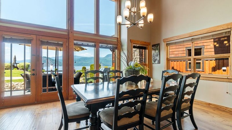 Beautiful Shuswap lakefront property - sleeps 10!, holiday rental in Celista