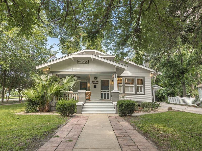 'Mary's Nest' Bungalow in Downtown Columbus, TX, holiday rental in New Ulm