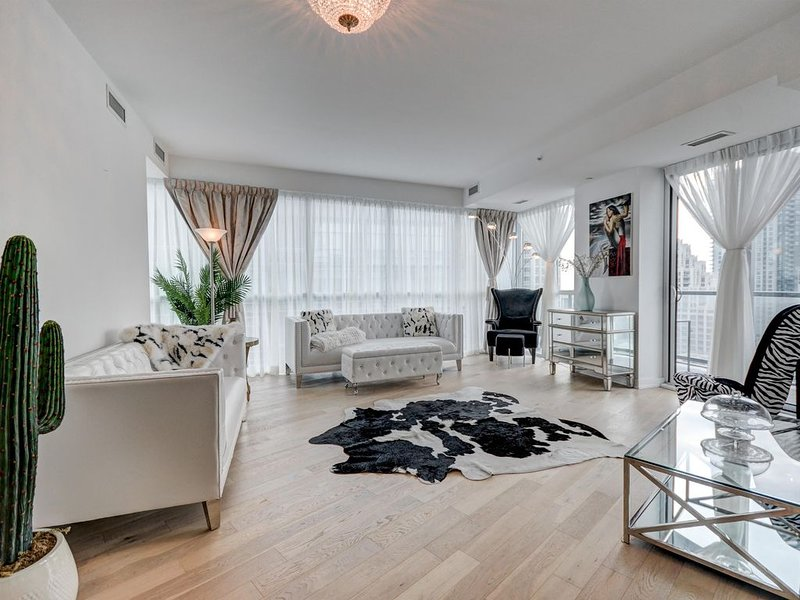 Trendy 3 BD Condo KING ST. WEST heart of TO, vacation rental in Toronto