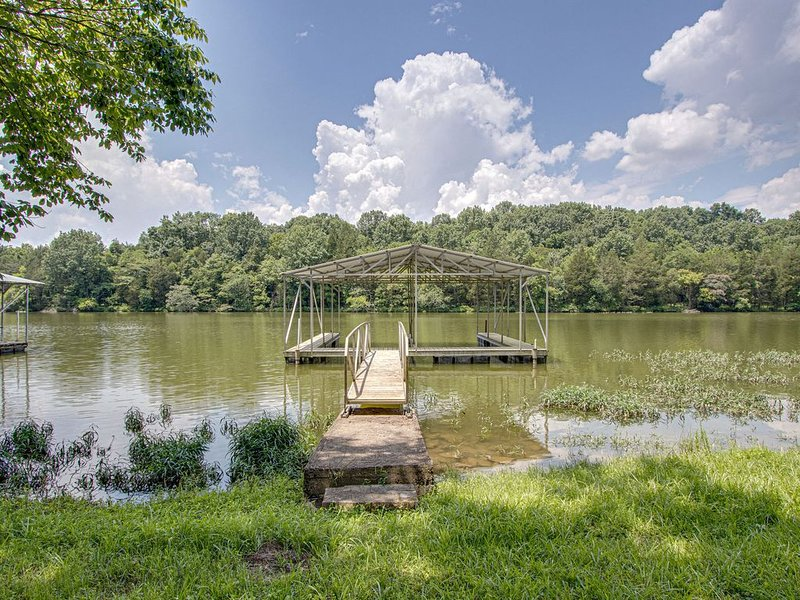 Quiet retreat with dock on Old Hickory Lake near Nashville!, location de vacances à Gallatin