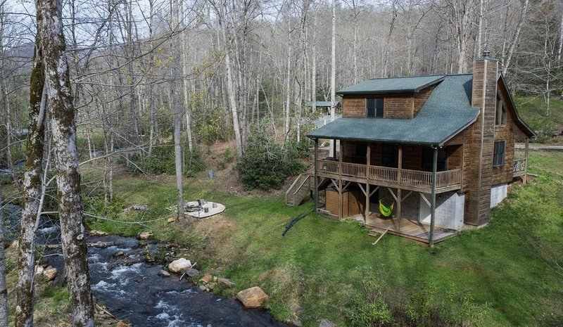 Spacious Creekside Cabin-Fire Pit-Gas Grill with Amazing Rates, casa vacanza a Topton