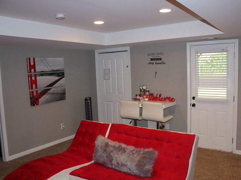 BEST PRICE Private Room in Basement Studio Private Entrance, holiday rental in Dallas