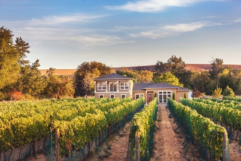 Vineyard View Estate - Luxury Home in a Private Vineyard on Mill Creek, alquiler vacacional en Walla Walla