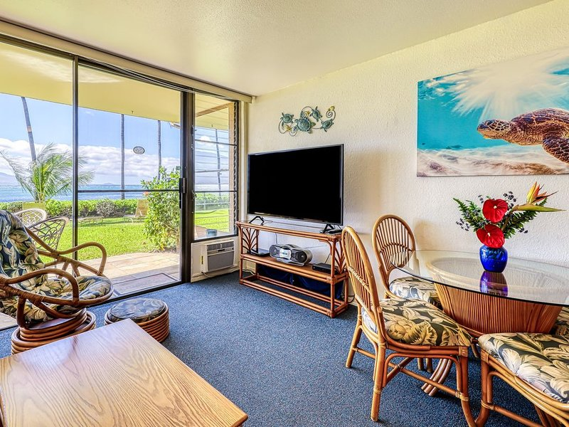 Oceanfront condo where you can see turtles daily right out front, location de vacances à Wailuku