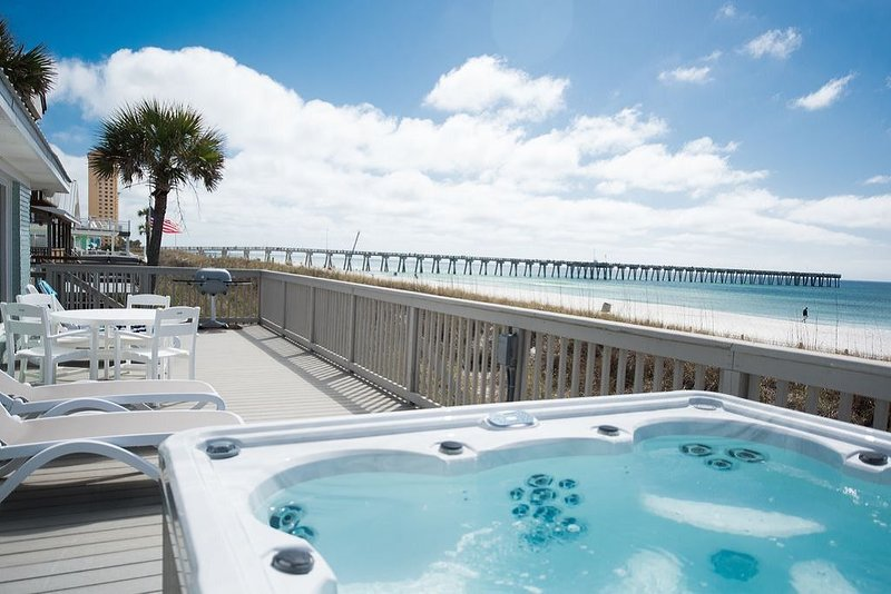 Beautiful Hot Tub Home Directly on the Beach - 7 Homes Down from Pier Park, alquiler de vacaciones en Panama City Beach
