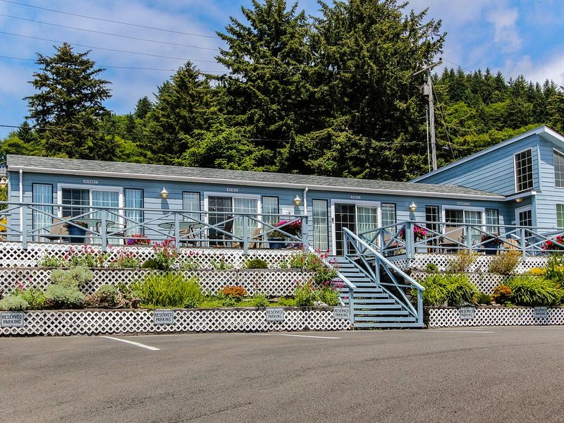 Boutique dog-friendly oceanview motel with space for 22!, location de vacances à Yachats