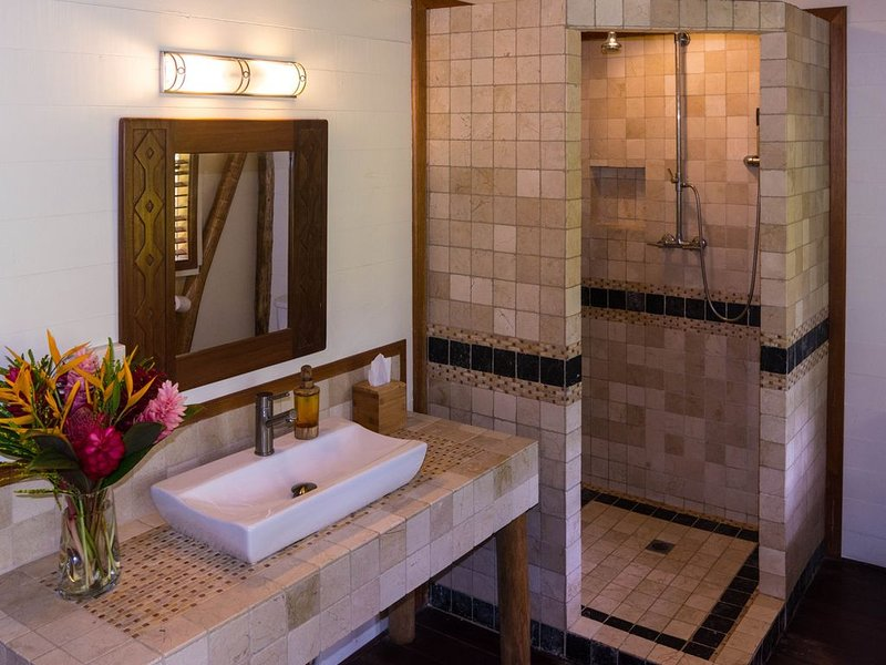 Olas Master Suite - Colombian marble tiles in the bathroom