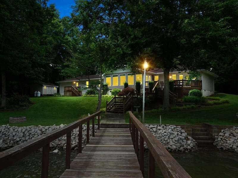 Paradise Peninsula - Kayaks, Classic Arcade, Foosball, SMART TV, fireplace w/ fa, vacation rental in Mooresville