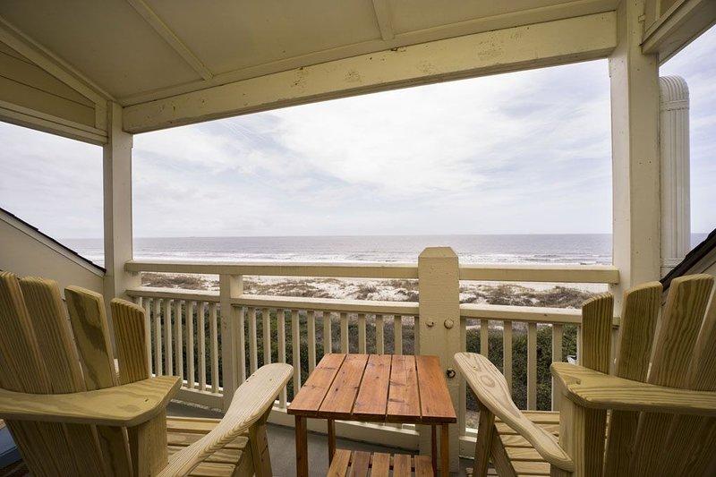 A Dream Come True: Oceanfront Condo with Community Pool, location de vacances à Caswell Beach