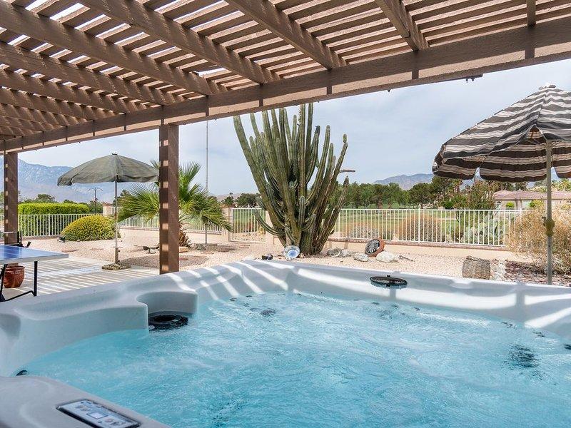 Private hot tub, Breath-taking Mountain Views on the Golf Course, Pool Table +, alquiler de vacaciones en Morongo Valley