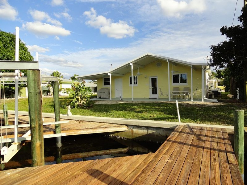 Comfortable and relaxing house located on a deep water canal., holiday rental in Matlacha