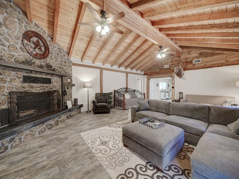 Remodeled Cabin Backs to National Forest and trail access., vacation rental in Pine