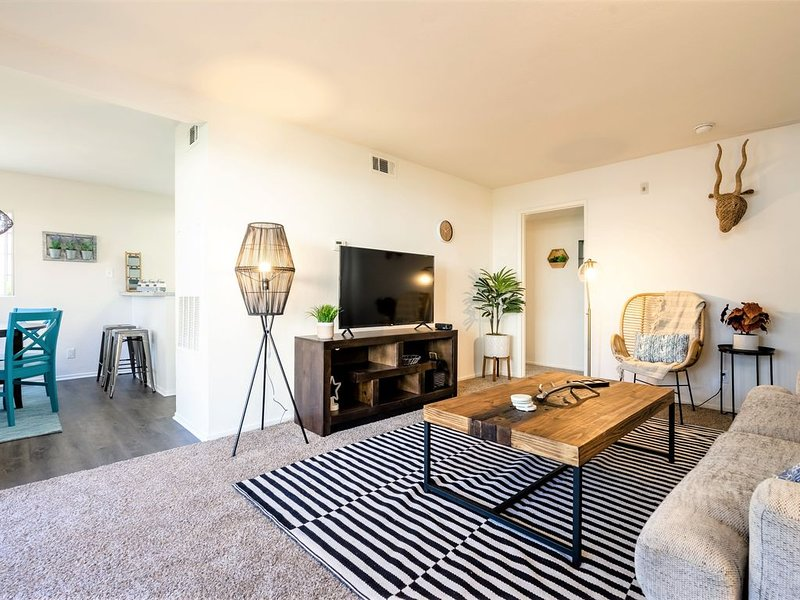 Charming 2 Bedroom Mid Century Style | South Coast Drive | Mins to Newport Beach, holiday rental in Fountain Valley