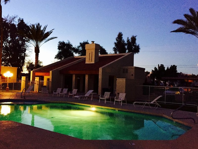 Nice 3BR Condo Overlooking Pool - Close to everything., holiday rental in Glendale