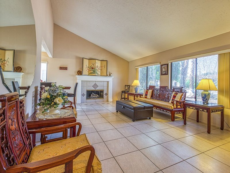 Relaxing home with golf course, mountain views. Beautiful backyard with hammock, holiday rental in Coachella