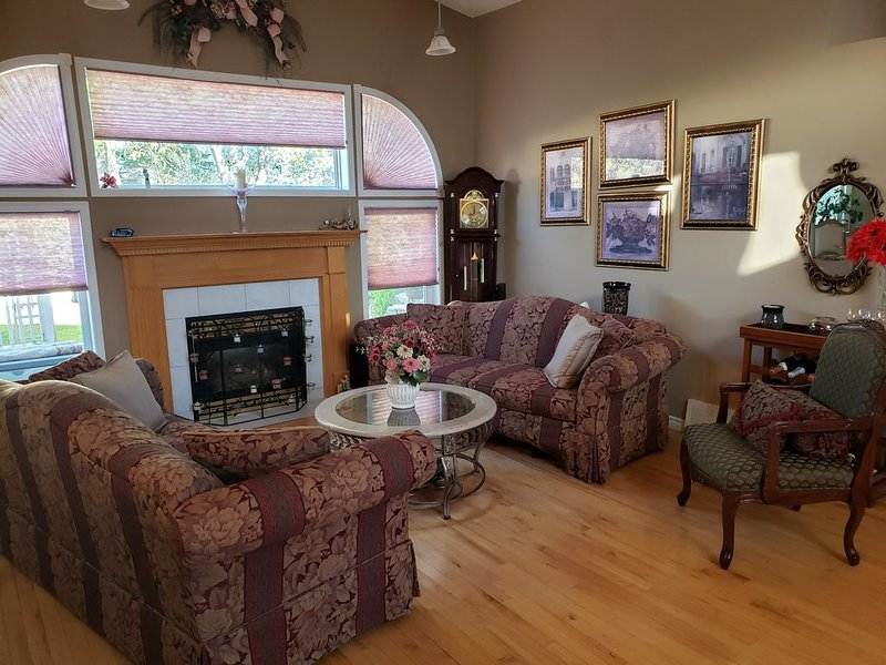 Executive Comfort with Hot Tub. 13 minutes from WEM, holiday rental in Spruce Grove