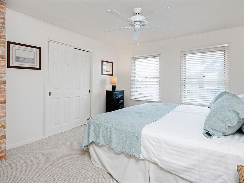 Bay Head Condo! One bedroom with Guest room + 3 homes from Ocean!, holiday rental in Lakewood