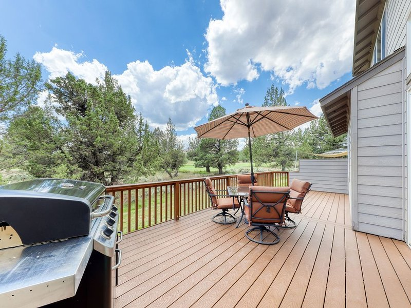 Spacious home w/private deck & gas grill - shared pool and more resort amenities, holiday rental in Crooked River Ranch