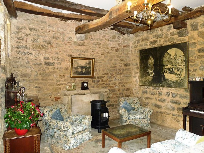 XV° century house at one minute's walk from the dynamic central square, holiday rental in Penne