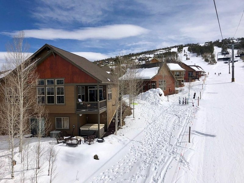 True Ski-in, Ski-out on the slopes of Granby Ranch, 3 bedroom, 2 bath, HOT TUB!, alquiler de vacaciones en Granby