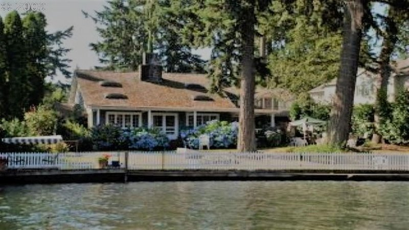 ORIGINAL 1927 COZY LAKEFRONT BUNGALOW WITH WRAP AROUND PORCH, casa vacanza a Gladstone
