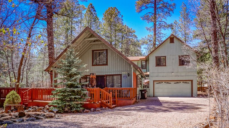 SPECTACULAR COZY CABIN NESTLED IN THE PINES BIG FRONT DECK FENCED FOR DOGS, holiday rental in Apache County