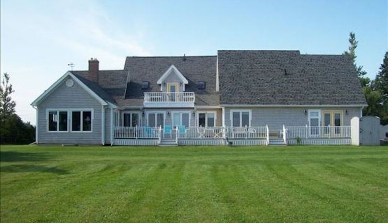 Fantastic 6 Bedroom, 4000 sq. foot + Oceanview House on PEI s north shore!, casa vacanza a Sea View