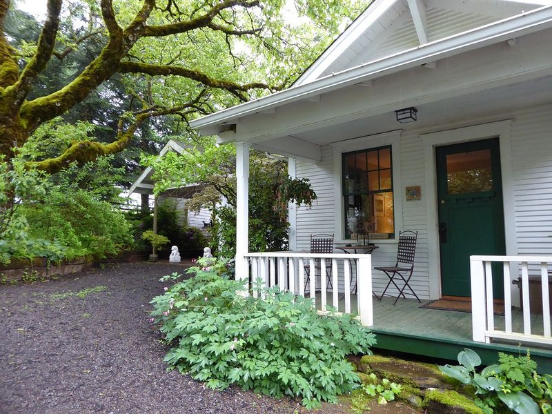 Escape to Country in this Stylish Farmhouse only One Hour from Portland, OR., location de vacances à Molalla