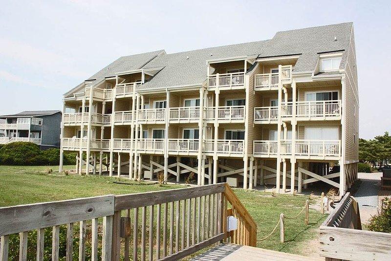 Pelican's Penthouse: 2 BR / 2 BA condo in Caswell Beach, Sleeps 5, location de vacances à Caswell Beach