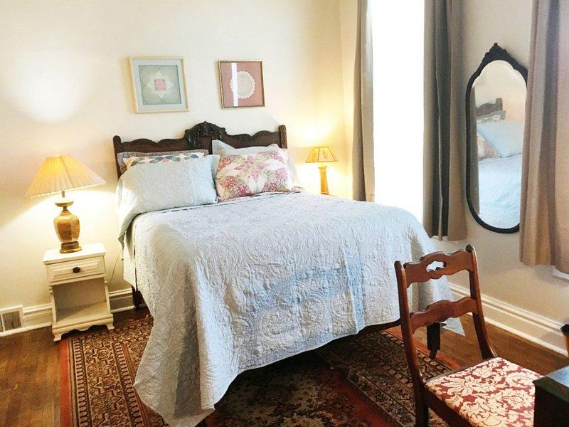 Hillsdale Victorian Studio w Kitchen Desk Wifi TV, holiday rental in Quincy