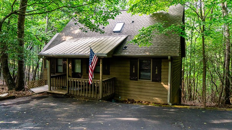 Classic cabin vibes close to the amenities in the Big Canoe community, holiday rental in Marble Hill