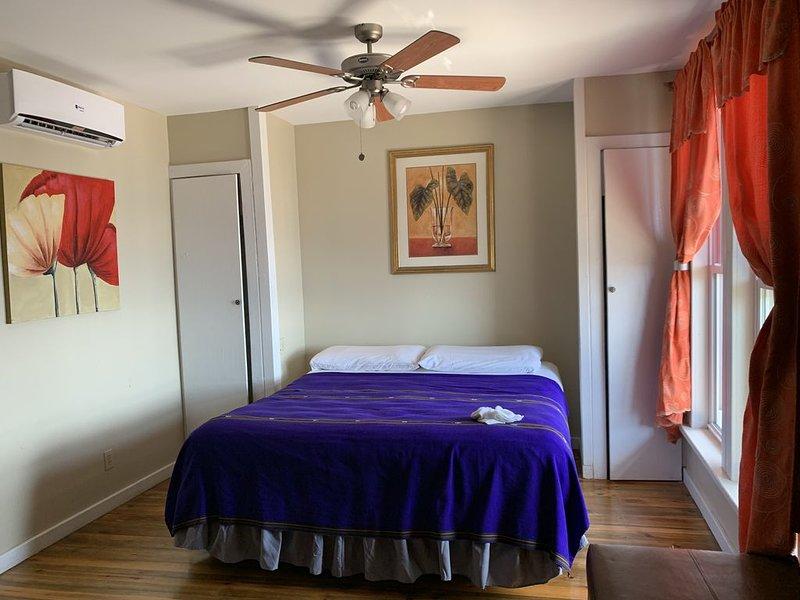 Ocean Front King Room w/balcony Land's End Hotel Resort West End Honduras – semesterbostad i West End