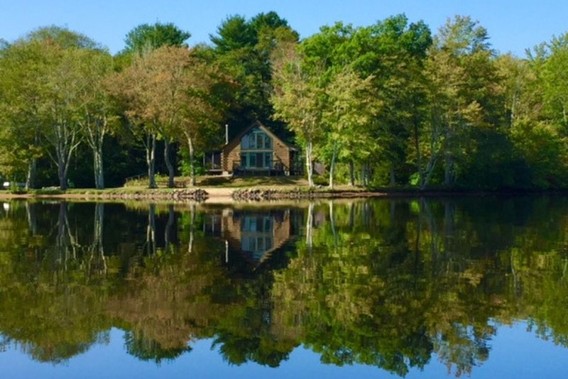 The Cabin on Pachaug Pond – semesterbostad i Mystic Country