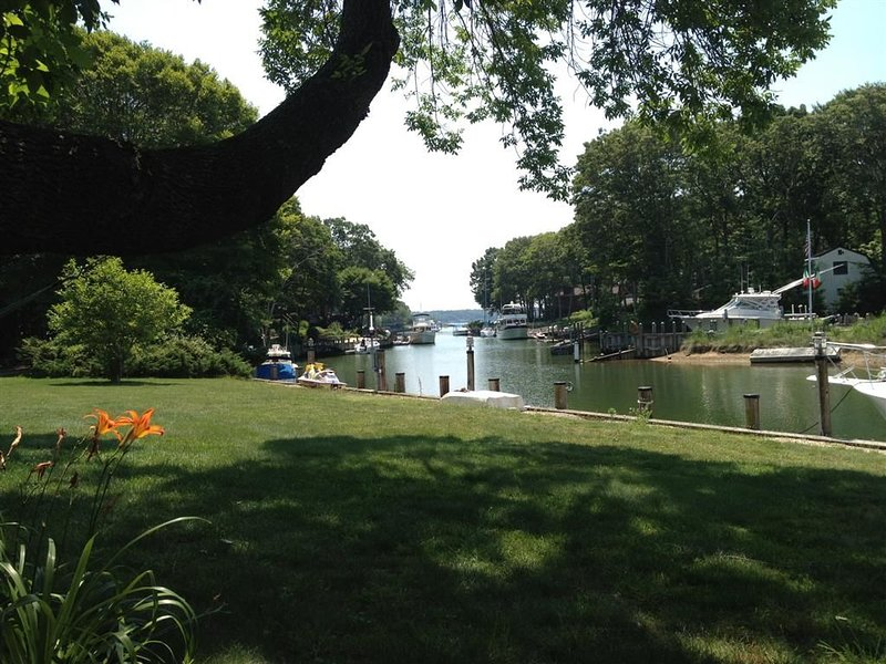 Peaceful Retreat with 100 ft private deep water dock, casa vacanza a Greenport